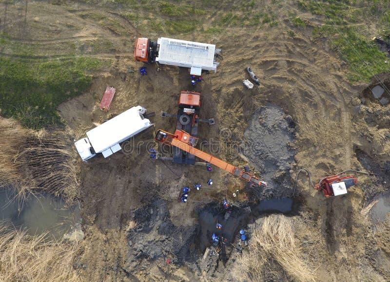 Riparazione della sezione del gasdotto che passa attraverso il canale idrico Ripari il lavoro immagine stock libera da diritti