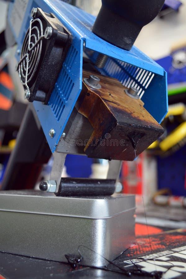 riparazione dello sci e dello snowboard fotografia stock