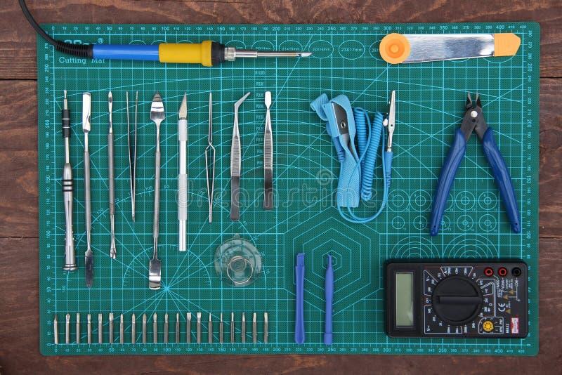 Riparazione di elettronica sul desktop con la vista superiore degli strumenti immagine stock