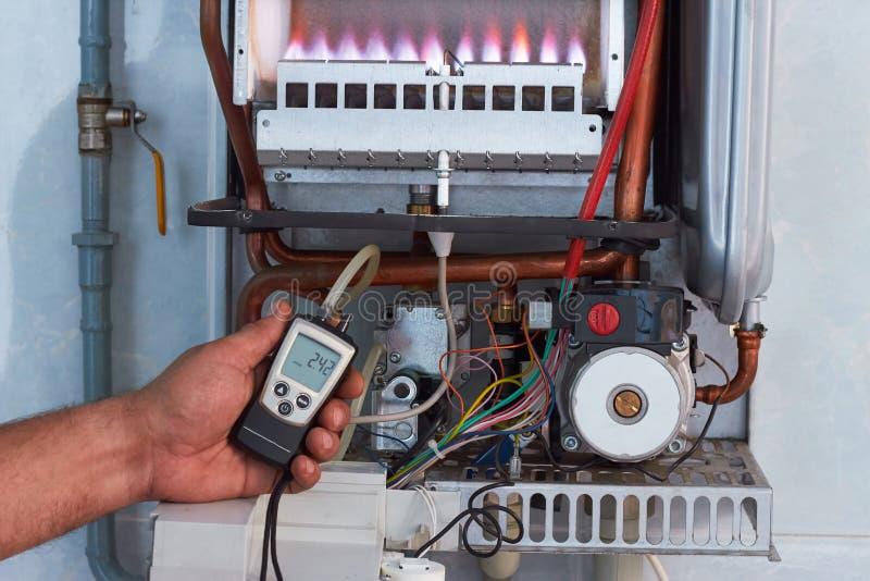 Riparazione di una caldaia a gas, di una messa in opera e di un'assistenza da un dipartimento di servizio immagini stock