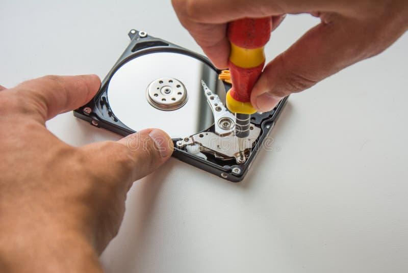 Riparazione HDD facendo uso del cacciavite fotografia stock