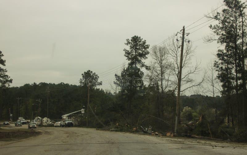 Riparazione pratica su Smith Road dal tornado immagini stock