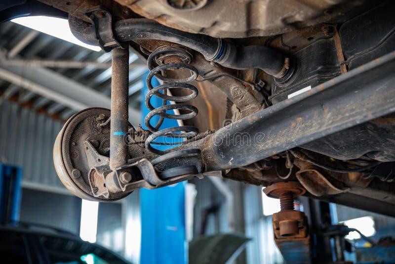 Riparazioni automatiche e primo piano di manutenzione della sospensione dell'automobile fotografia stock libera da diritti