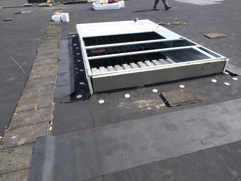 Riparazioni di tetto in corso sul tetto commerciale di EPDM; Spostamento del bordo di CA; Piano fotografia stock