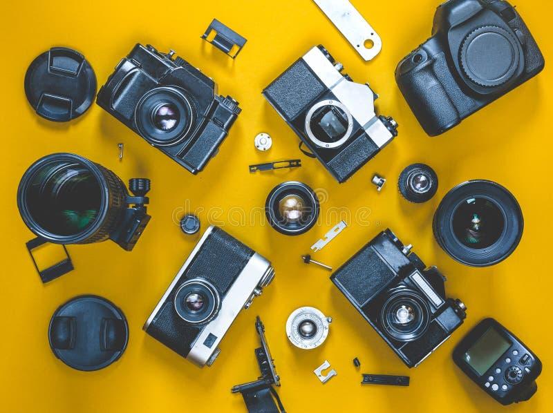 Ripari il concetto rotto della macchina da presa, vista superiore Posto di lavoro della fotografia immagine stock