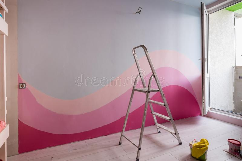 Ripari nella stanza dei bambini, pittura originale delle pareti in blu-chiaro ed in rosa fotografie stock libere da diritti