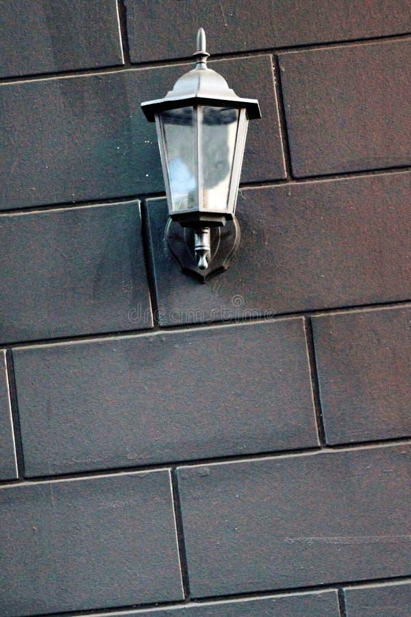 Riparo sul muro di mattoni, esterno, area in bianco della lampada immagine stock libera da diritti