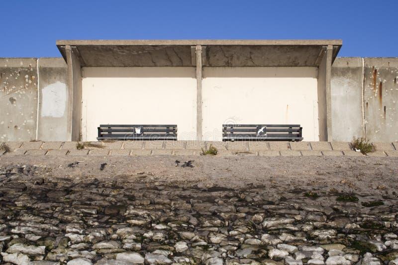 Riparo sulla diga, Canvey Island, Essex, Inghilterra fotografia stock