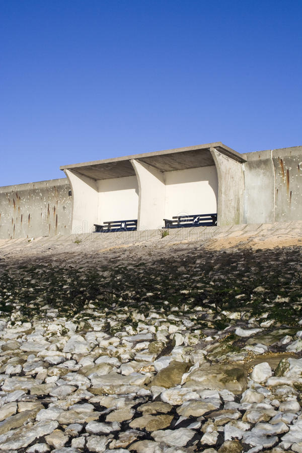 Riparo sulla diga, Canvey Island, Essex, Inghilterra fotografia stock libera da diritti