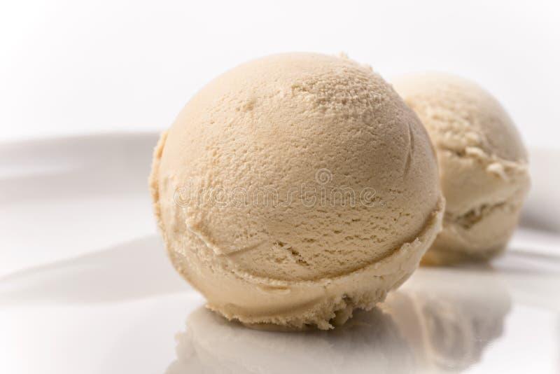 Ripartitore del caffè della crème-brulée sul fondo di bianco del piatto immagini stock