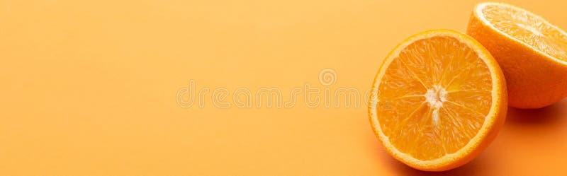Ripe las deliciosas mitades anaranjadas en colorido foto de archivo libre de regalías