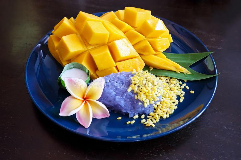 Ripe sweet mango with sticky rice royalty free stock photos