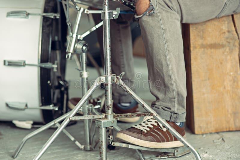 Ripetizione della banda di musica rock batterista dietro l'insieme del tamburo immagine stock libera da diritti
