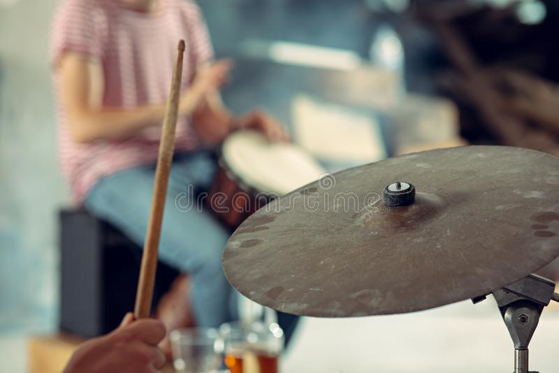 Ripetizione della banda di musica rock batterista dietro l'insieme del tamburo immagini stock libere da diritti