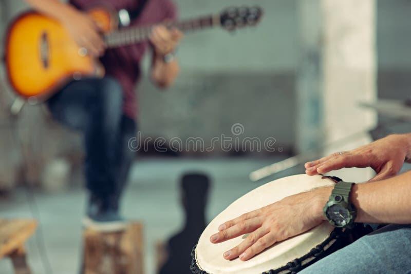 Ripetizione della banda di musica rock Giocatore e batterista di chitarra elettrica dietro l'insieme del tamburo immagini stock libere da diritti