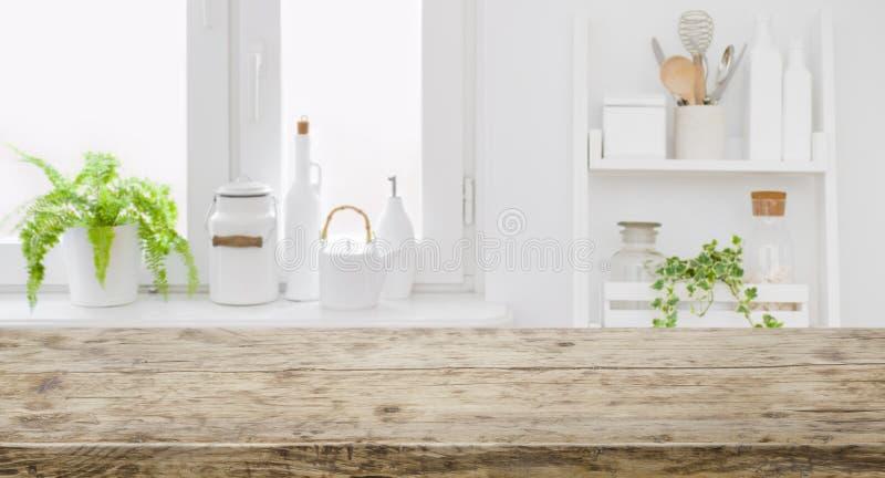 Ripiano del tavolo d'annata per l'esposizione del prodotto con il fondo moderno defocused della cucina immagini stock