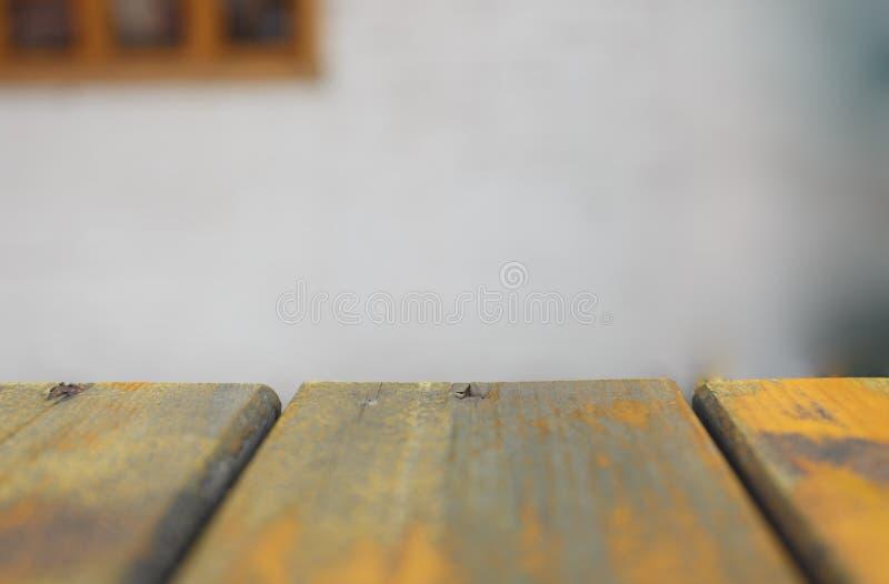Ripiano del tavolo e porta e finestra di legno fotografie stock libere da diritti