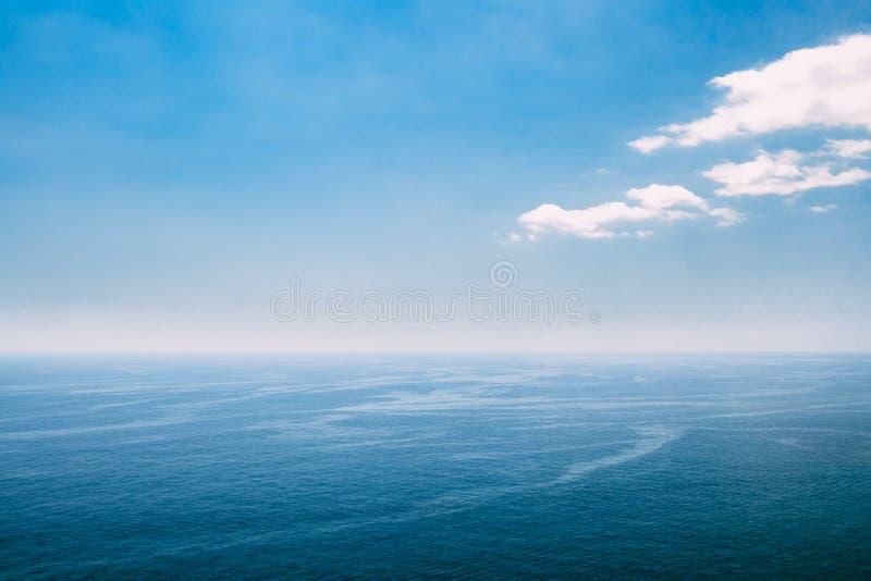 Riple海海洋和蓝天背景 免版税库存照片