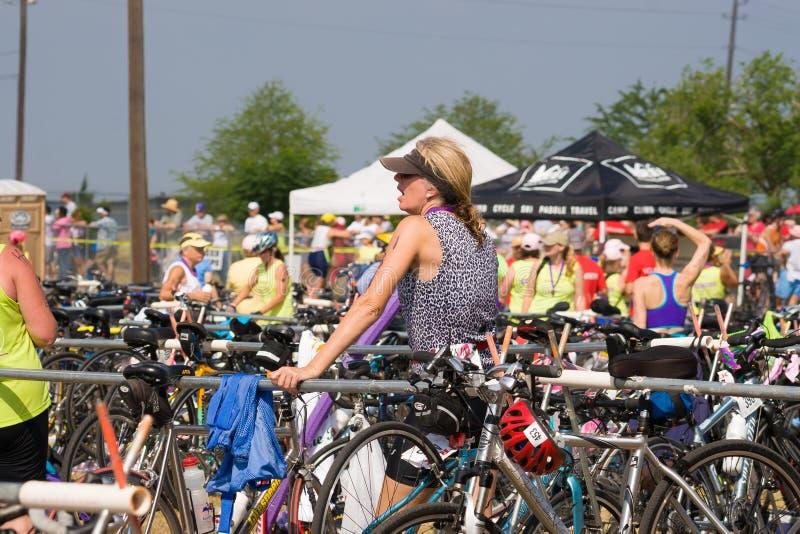Riposando in sua bici appena felice affinchè il triathlon siano più fotografia stock libera da diritti