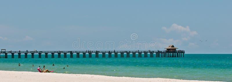 Riposando sulla spiaggia fotografia stock libera da diritti