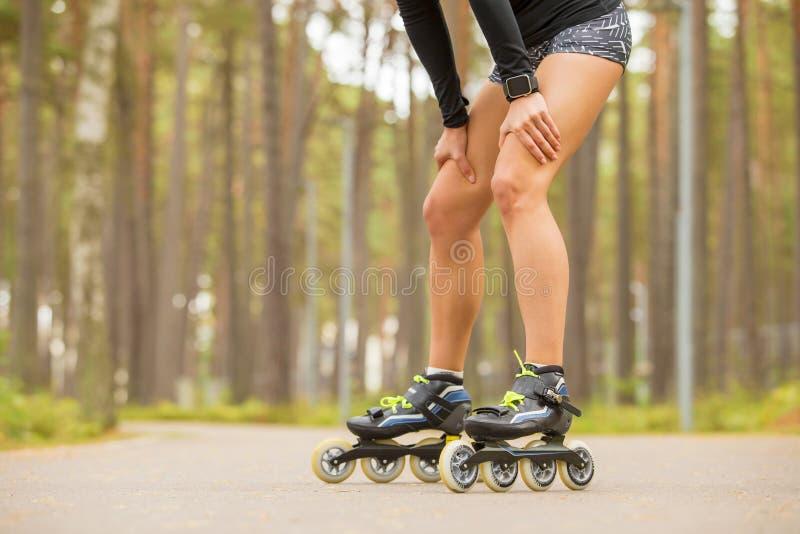 Riposo adatto dei pattini di rullo o della donna fotografia stock