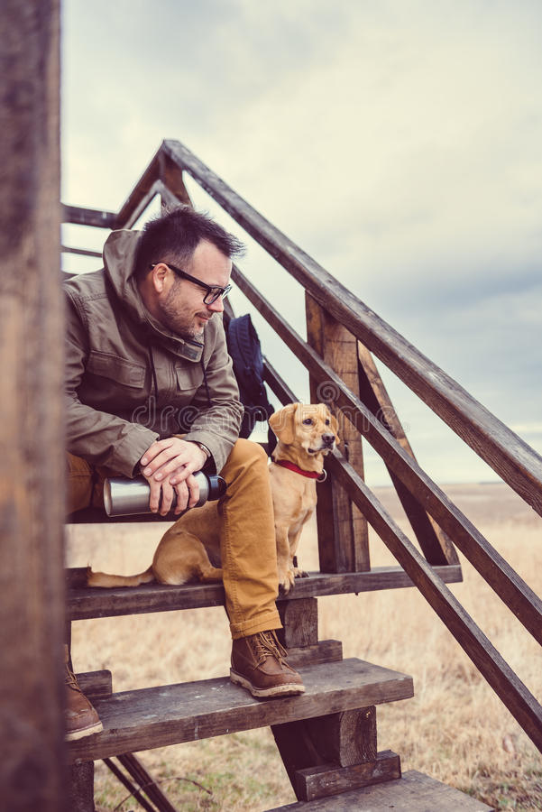 Riposo del cane e della viandante immagine stock for Riparazione della cabina di log