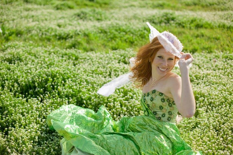 riposo dell'erba della ragazza fotografia stock