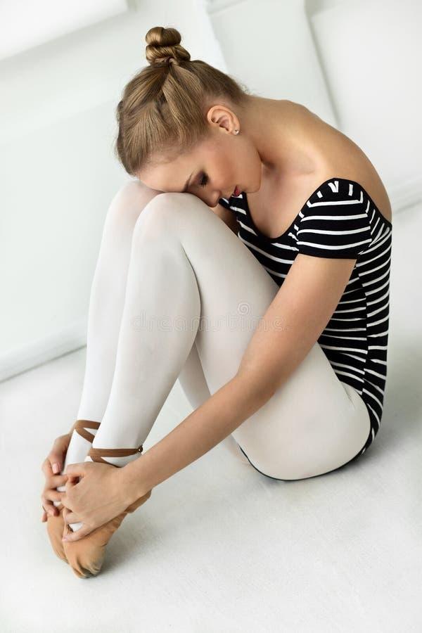 Riposo della ballerina della ragazza fotografia stock libera da diritti