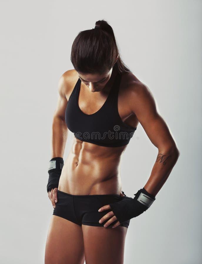 Riposo femminile di forma fisica dopo l'allenamento fotografia stock