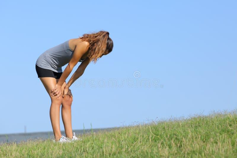 Riposo stanco della donna di forma fisica fotografia stock