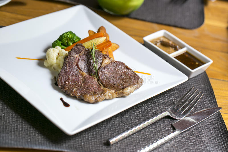 Rippe-Auge Steak auf dem Tisch stockfotos