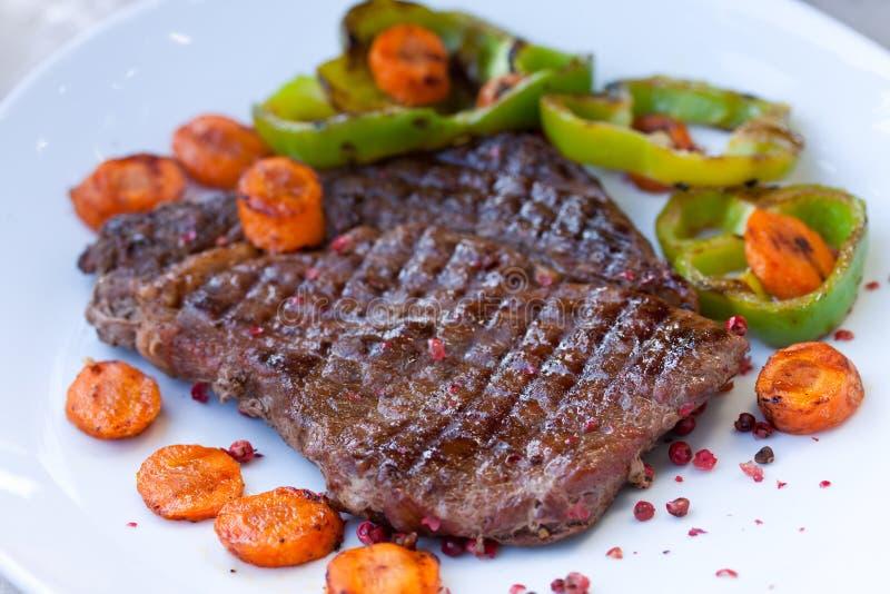Rippe-Augen-Steak auf der weißen Platte stockfoto