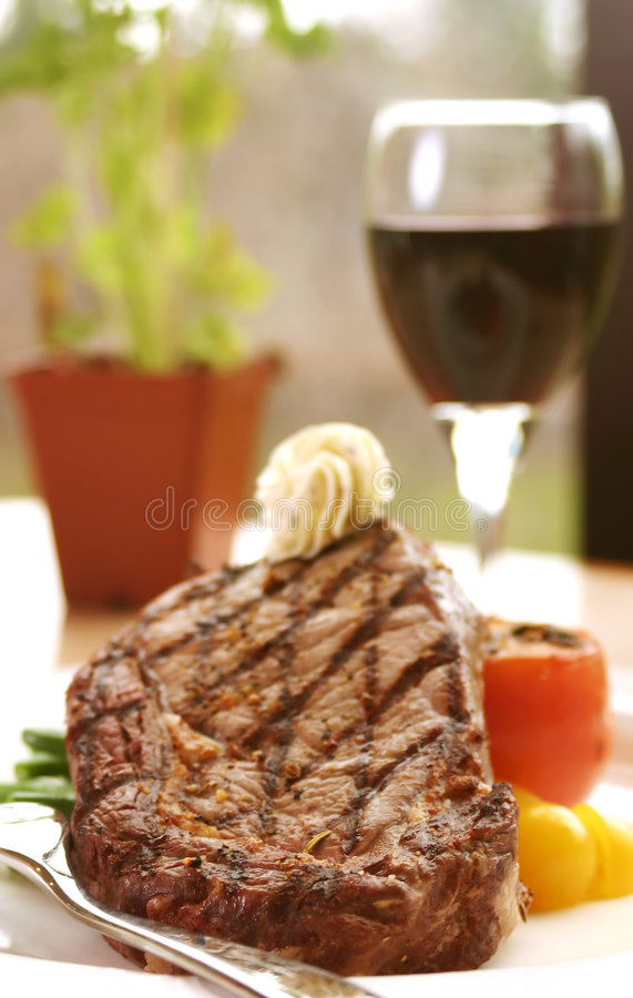 Rippe-Augen-Steak gedient mit Wein lizenzfreies stockfoto