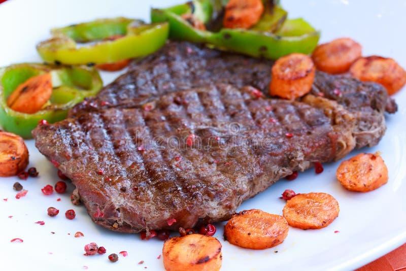 Rippe-Augen-Steak mit grünem Glocke peper stockfoto