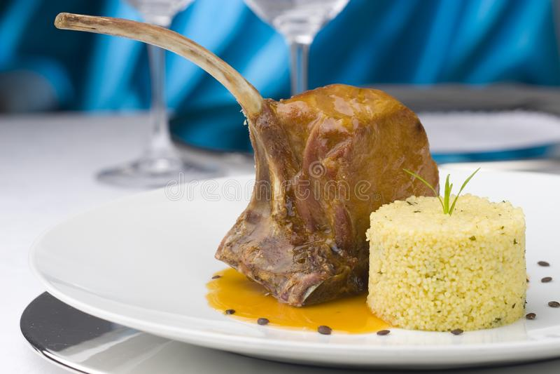 Rippe des Lamms mit Kuskus, Bild des feinschmeckerischen Restaurants stockfoto