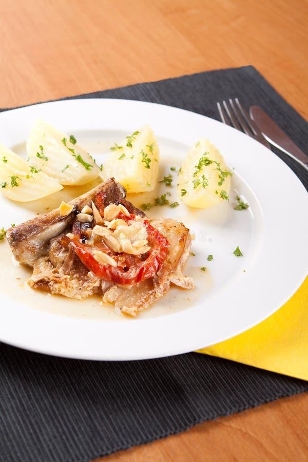 Rippe mit Schinken und Mandeln mit gekochten Kartoffeln lizenzfreie stockbilder
