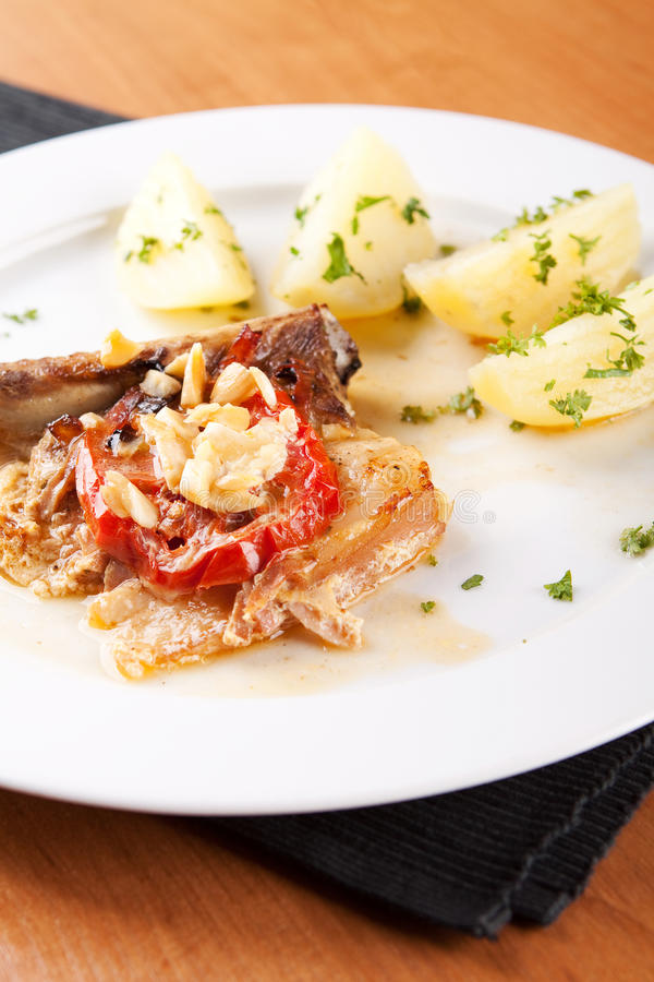 Rippe mit Schinken und Mandeln mit gekochten Kartoffeln stockfotos