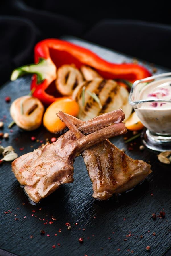 Rippen mit Soße und Salat stockfoto