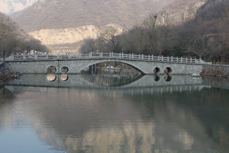 Rippenstücksteinbogenbrücke mit Reflexion lizenzfreie stockfotografie