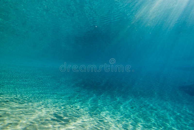 ripples undervattens- sinlight arkivbilder