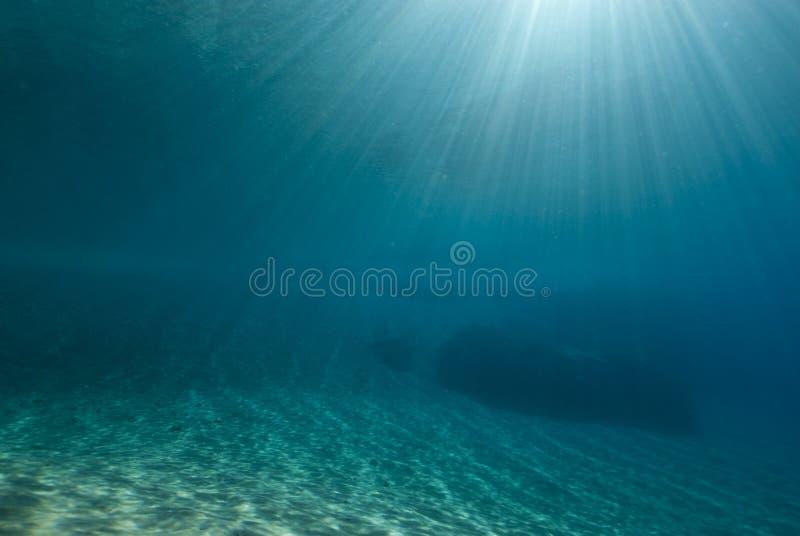 ripples undervattens- solljus royaltyfri foto
