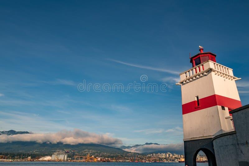 Ripresa ad angolo basso del faro di Seawall a Stanley Park, Vancouver fotografie stock libere da diritti