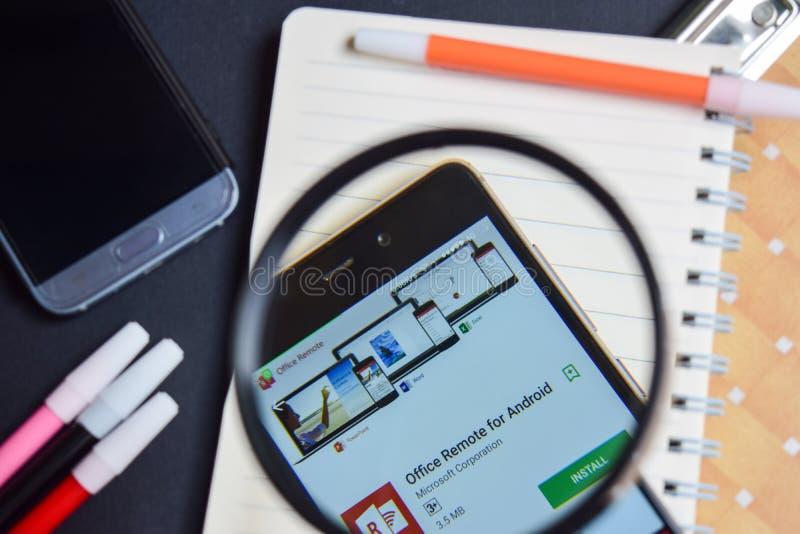 Ripresa esterna dell'ufficio per l'androide App con l'ingrandimento sullo schermo di Smartphone fotografia stock libera da diritti