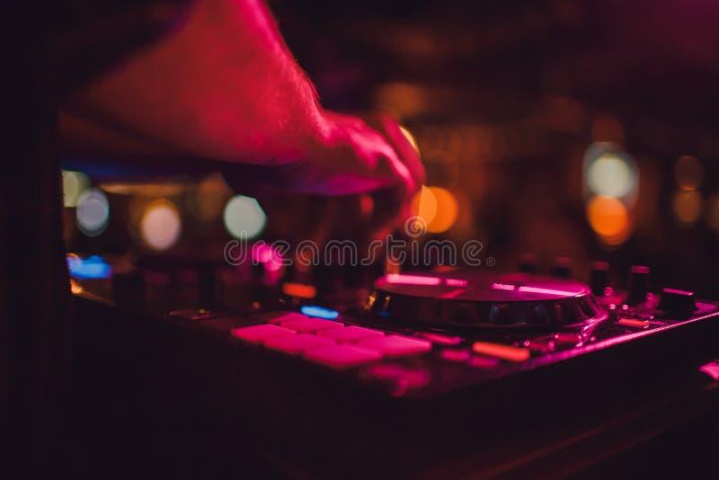 Ripresa esterna, piattaforme girevoli e mani del DJ Vita di notte al club, partito fotografia stock