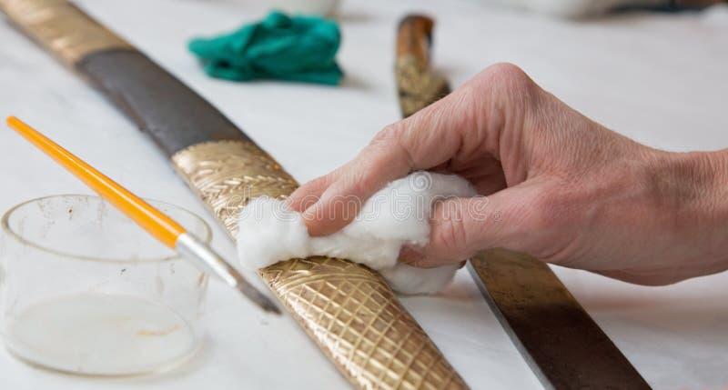 Ripristino di vecchia spada turca - mano immagine stock libera da diritti