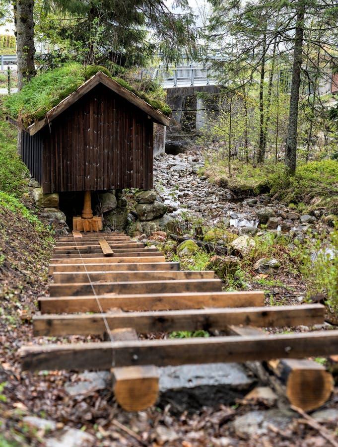 Ripristino di vecchio mulino a acqua di legno, lavoro in corso fotografia stock