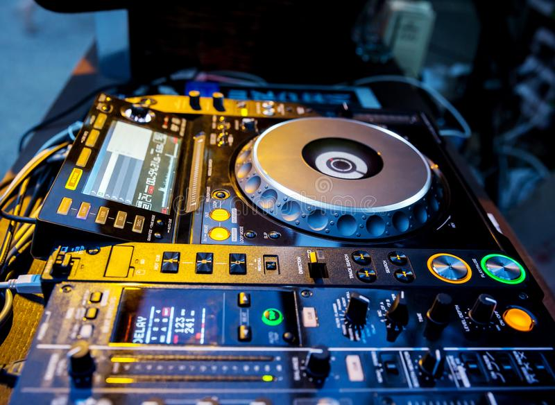 Riproduttore di CD e miscelatore del DJ immagini stock libere da diritti