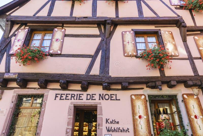 Riquewihr, Эльзас, Франция - магазины с сувенирами стоковая фотография