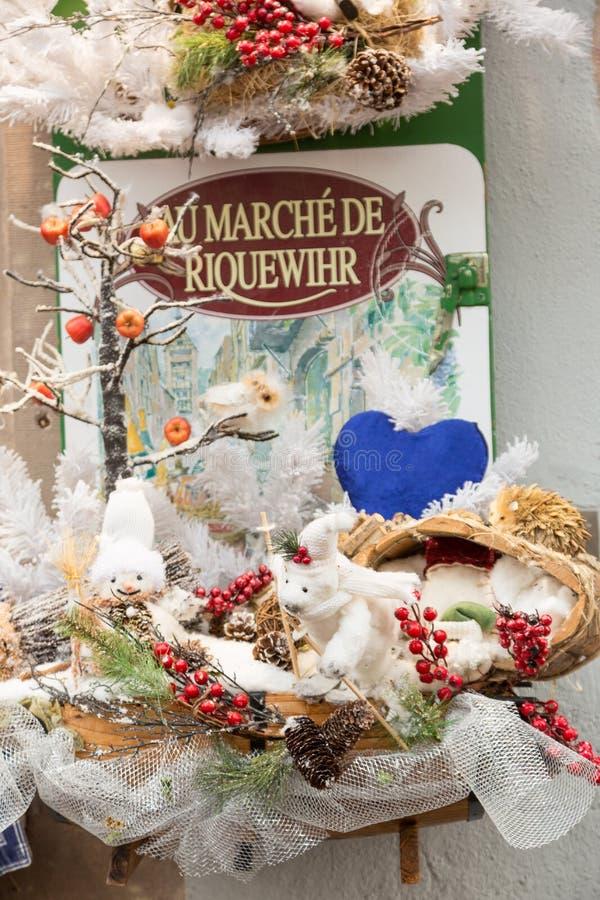 Riquewihr, France 29 D?CEMBRE 2017 : D?corations color?es sur le march? de No?l en Alsace, France images libres de droits