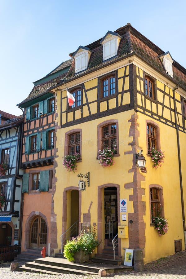 RIQUEWIHR, FRANCE/EUROPA - 24 DE SETEMBRO: Construções coloridas dentro foto de stock